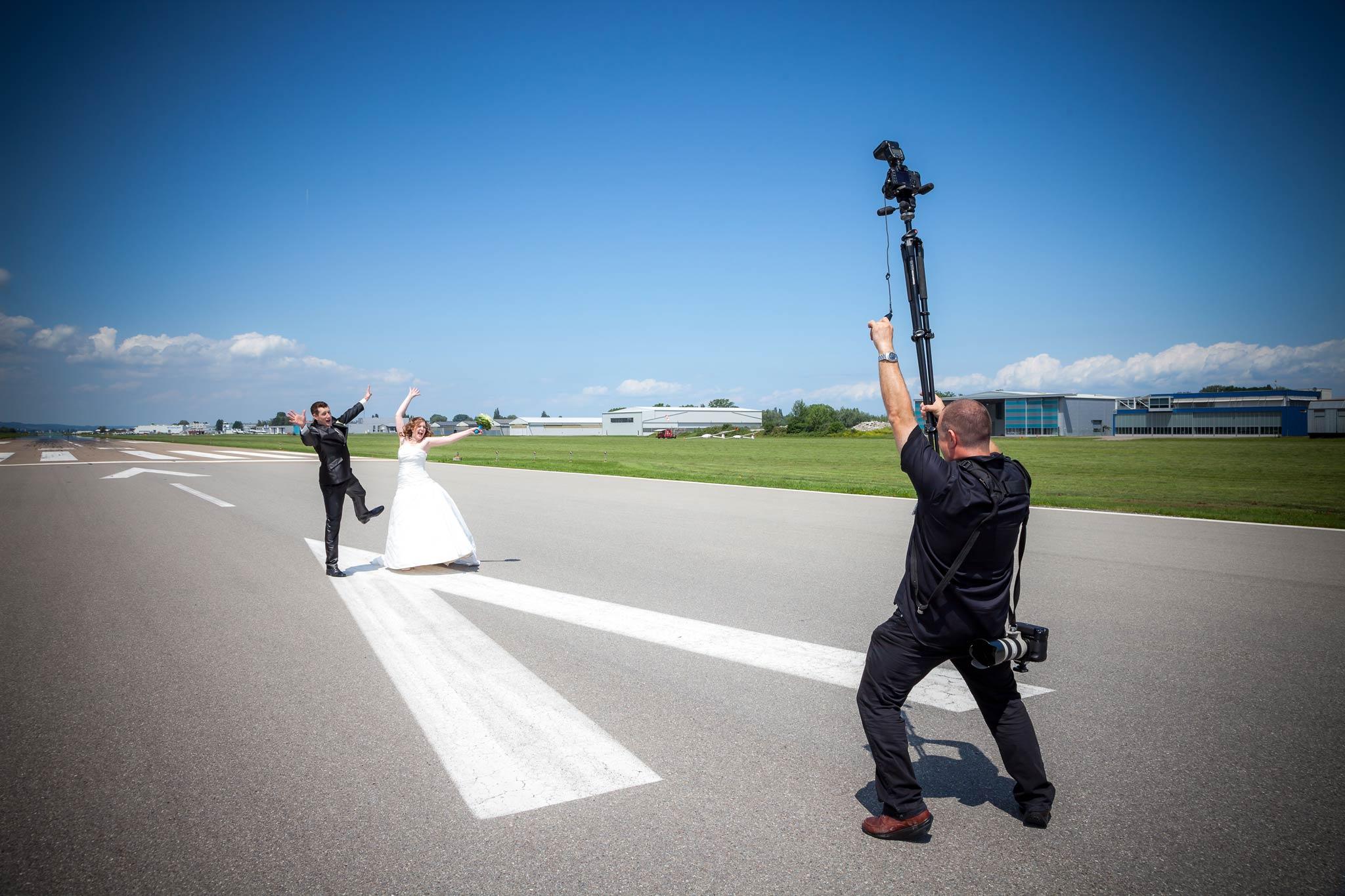 brautpaar landepiste flughafen hochzeitsfotograf