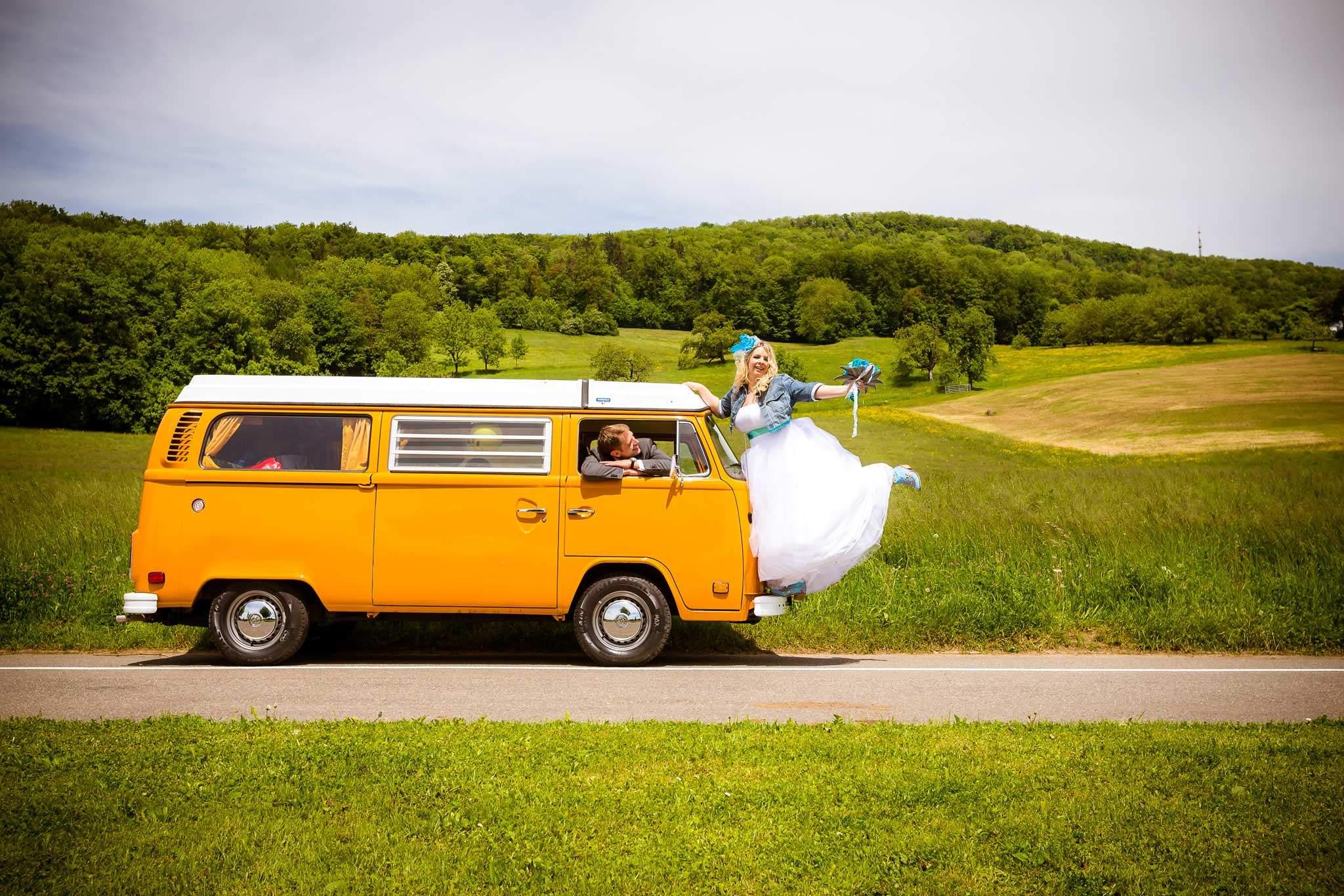 gelber vw bus hochzeit vintage