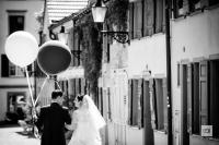 Sabrina und Thomas mit Ballonen luftig leicht durch den Hochzeitstag