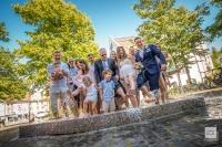 Marina und Rachid und die Hochzeitsgesellschaft im Brunnen