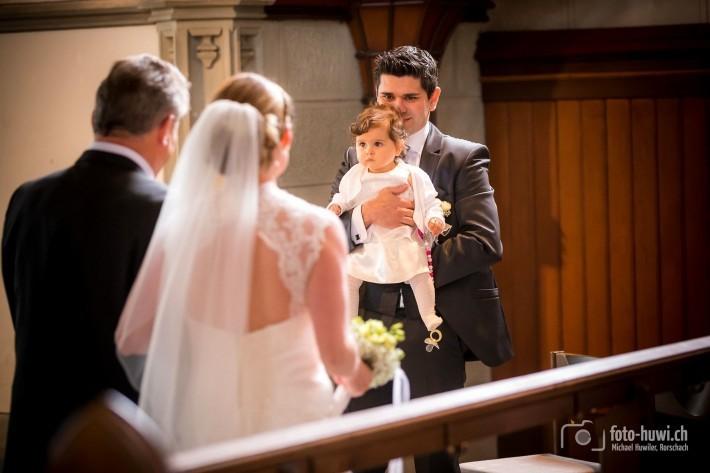 Der Bräutigam und Töchterchen Chiara nehmen endlich die wunderschöne Braut in Empfang.