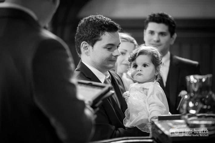 Die kleine Chiara bestaunt den Pfarrer... was denn da wohl gleich passieren wird?