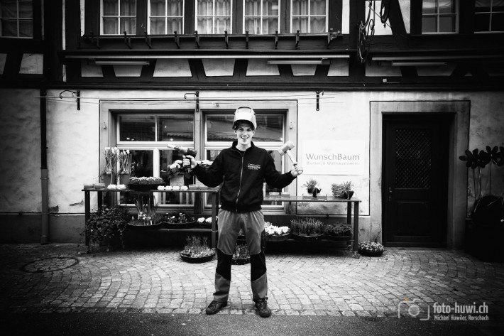 Carosseriespengler Fabian vor dem Floristikladen seiner künftigen Gattin.