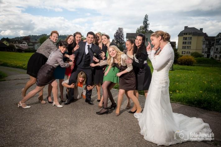 Braut, pass ja auf Deinen Gatten auf! :)