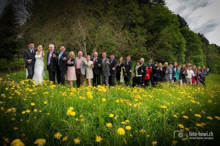 Für dieses Gruppenfoto legte ich mich zu den zahlreichen Löwenzahnblüten in die Wiese...