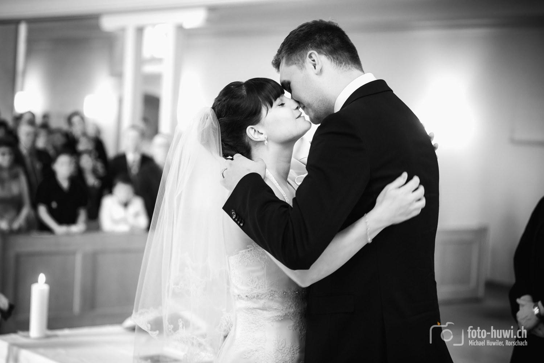 Ein grossartiger Moment: Der Kuss der frisch Vermählten.
