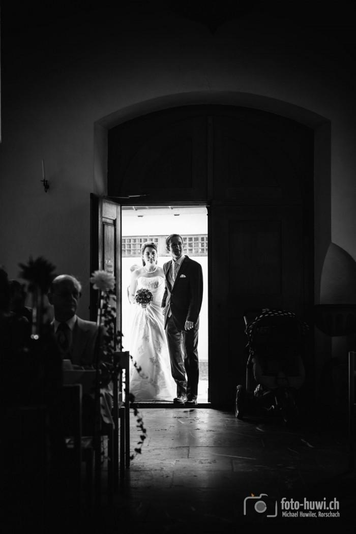 Das Brautpaar betritt die Kirche.