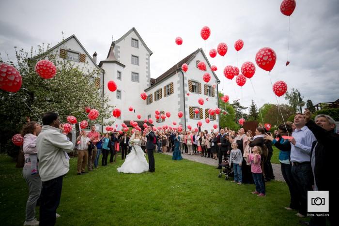 047-20150502-Blog-hochzeitsfoto-schloss-roggwil-ballone-steigen-lassen