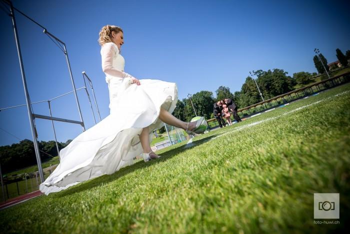 Braut auf dem Fussballplatz